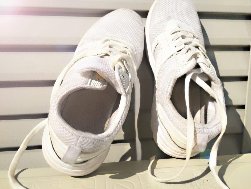 一度臭くなった靴の臭いを取る方法6選【洗濯機や冷凍庫も有効】