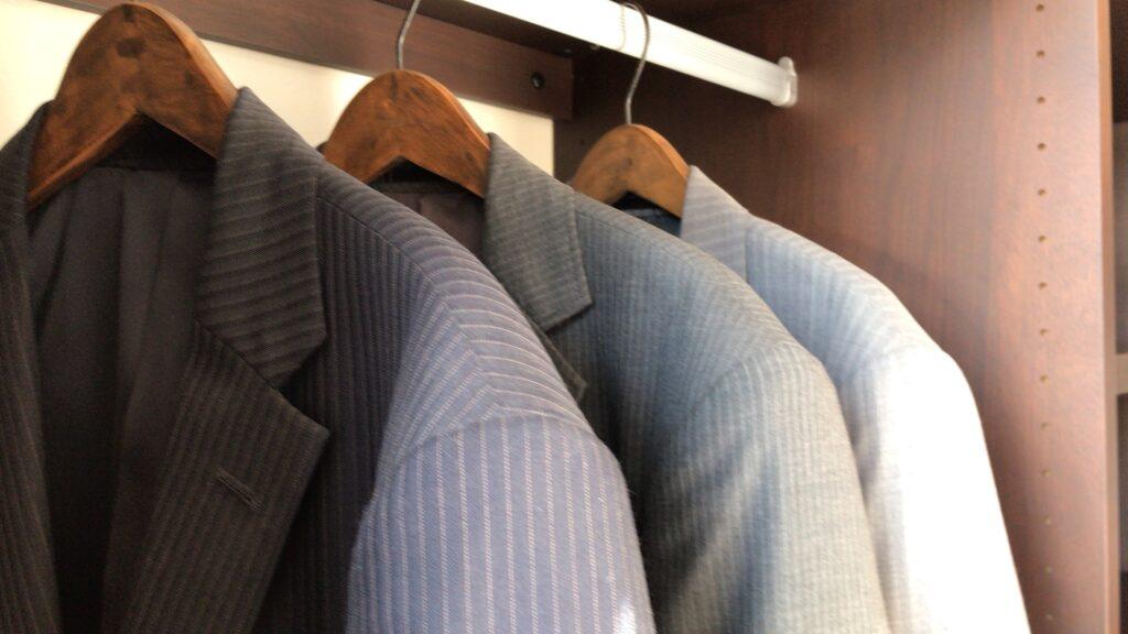 【洋服のカビの臭いの取り方】白・黒カビの原因・洗濯のコツ・防ぐ方法!