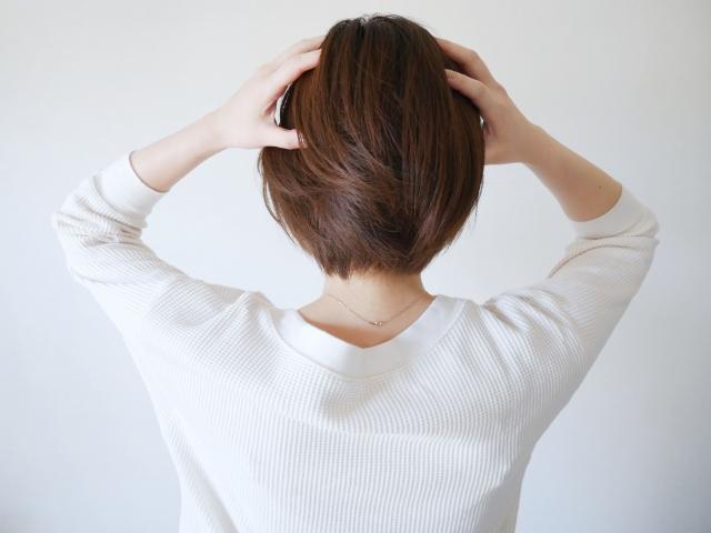 頭皮の臭いやフケは、カビが原因の脂漏性皮膚炎かも。正しい対策と治療を